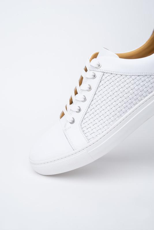 Bílé sneakers S ozdobným proplétáním