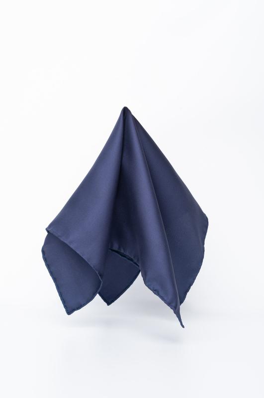 Tmavě modrý kapesníček Ze 100% hedvábí