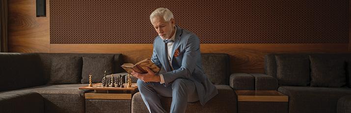 b1caf5d96 Ke klasickému obleku zvolte ručně barvenou obuv v odstínech koňakově hnědé  či mahagonové. Velký návrat slaví i klasika v podobě černé obuvi, která se  hodí ...